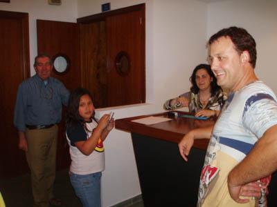 Jaume Alzamora amb el personal del teatre