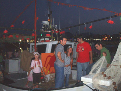 Una barca adornada per crancs, el símbol de les festes d'enguany